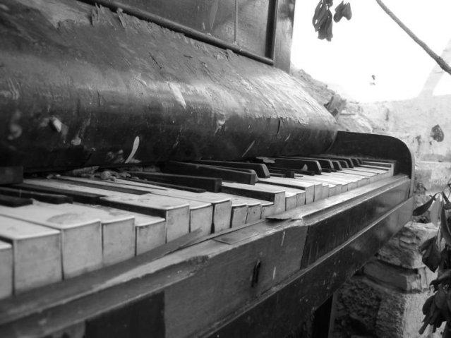 abandoned_piano_by_radosiewka