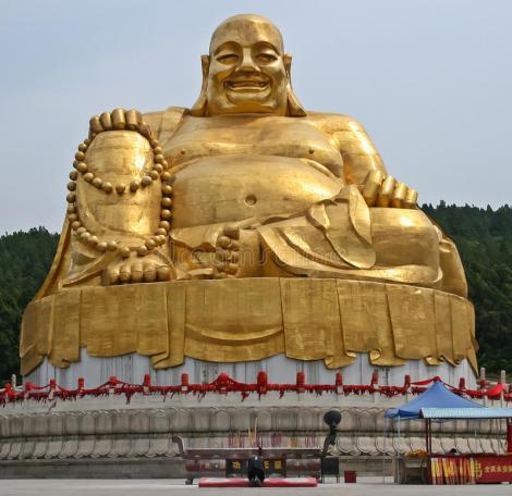 bowing-to-giant-golden-buddha-jinan-shandong-china-59874922